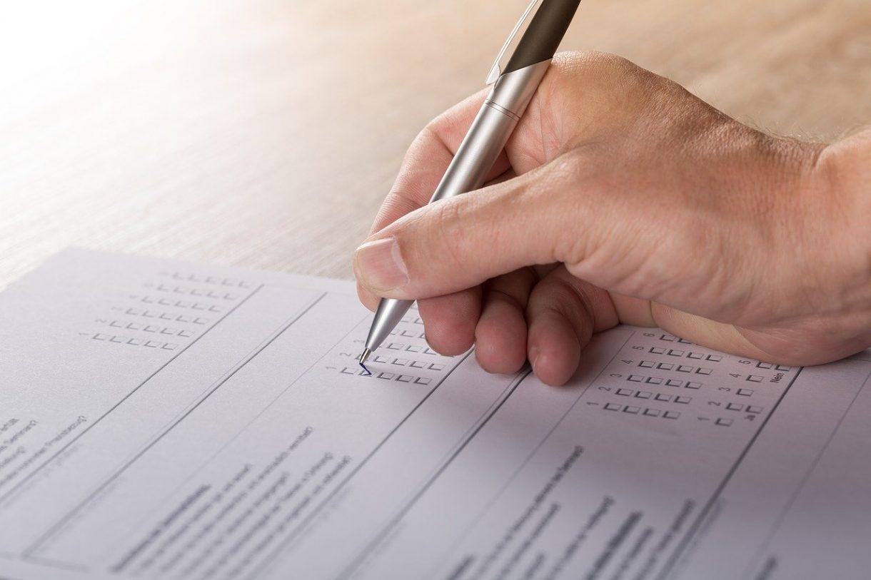 הקשר בין דעת הקהל לסקרים